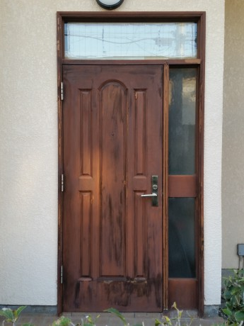(工事前) 木製のドアですが、塗装がはがれてきて、ドアが枠に当たって閉まりにくい状態です