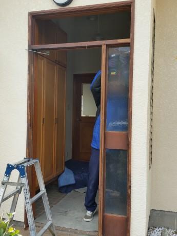 まずは既存のドアを解体します