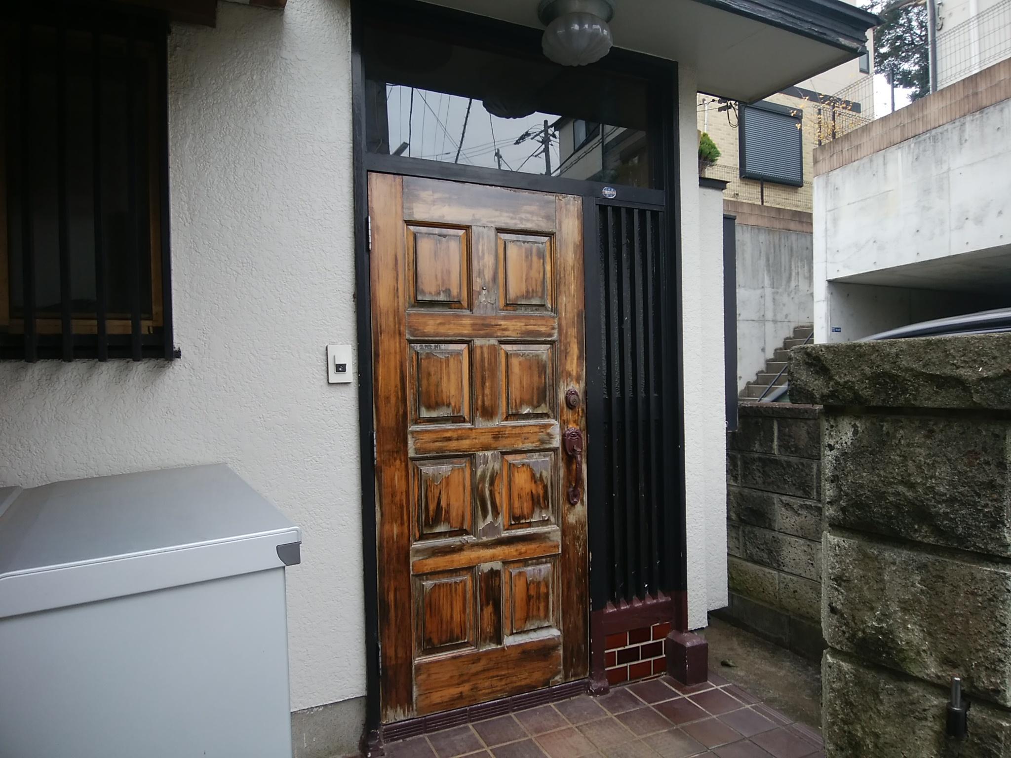 袖ガラスの下部にタイル壁がある玄関ドアのリフォーム【LIXILリシェントM83型】茨城県取手市の工事事例|玄関ドアのリフォームなら玄関ドアマイスターへお任せください