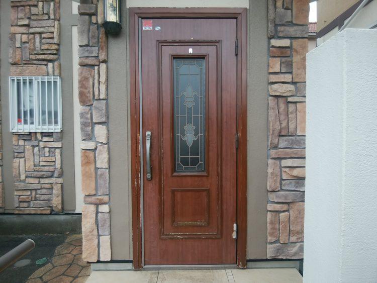 古びた木製玄関ドア