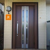 傷んでしまった木製の玄関ドアを木目調のリシェントで一新【LIXILリシェントG77型】