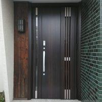 アンティーク調の壁にクリエダークのドアがマッチしました【LIXILリシェントM83型】