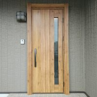 セキスイハイムの玄関ドアの木目シートが剝がれていました【YKKAPドアリモN05T】