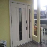 木製の玄関ドアをリモコンキー付きのドアリモにリフォーム【YKKAPドアリモS03】