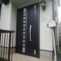 建付けが悪くなってしまったドアをカバー工法で交換してスムーズに