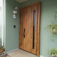 植栽が映えるようにホワイトのドアを木目調のドアにリフォーム【YKKAPドアリモN05T】