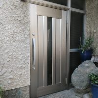 引戸の玄関を開き戸の玄関ドアにしました
