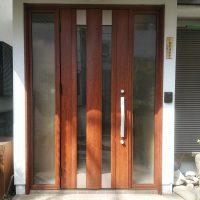 引戸の玄関を1日で開き戸に交換できます