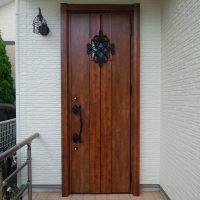 外壁塗り替えのときに玄関ドアをリフォームする方が増えています【LIXILリシェントD77型】