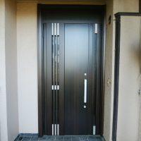 袖の下に壁がある木製ドアをリフォーム【LIXILリシェントM83型】