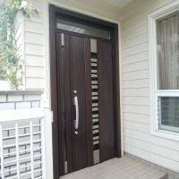 玄関を明るくしたい場合はランマ付きのドアがおすすめです【LIXILリシェントG82型】