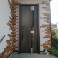 アルミのドアを木目調のドアにイメチェン【LIXILリシェントM83型】