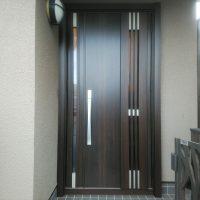 和風のドアを木目調の採風ドアにイメージチェンジしました【LIXILリシェントM83型】