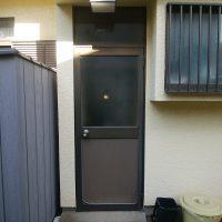 この勝手口ドアですとドロボーに30秒かからず侵入されてしまいます