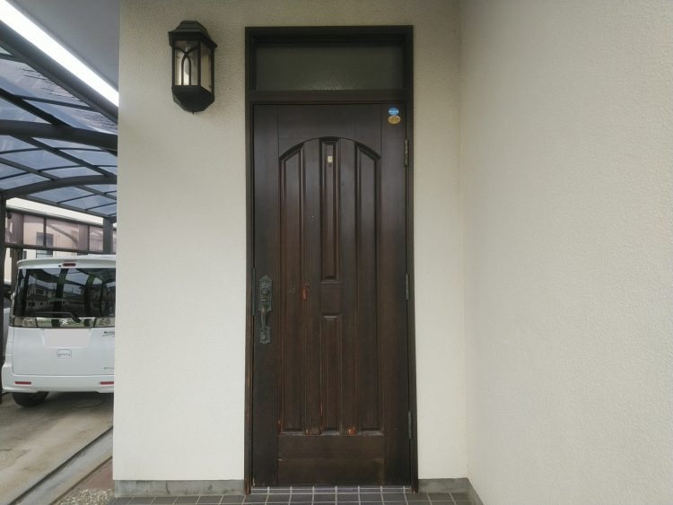 交換前の木製玄関ドア