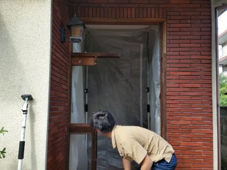 (施工中)既存のドアを撤去しています。室内には養生をして埃が入らないようにしていま。