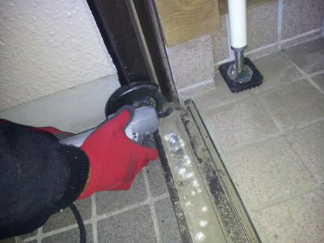 (作業中)既存の下枠を撤去します。ここがポイント!下枠の段差がつかないように新しい枠も床に埋め込みます。
