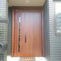 木目調のドアで明るい玄関になりました【YKKAPドアリモC10】