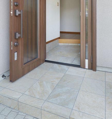 ストーン調タイルで仕上げられた玄関土間の床
