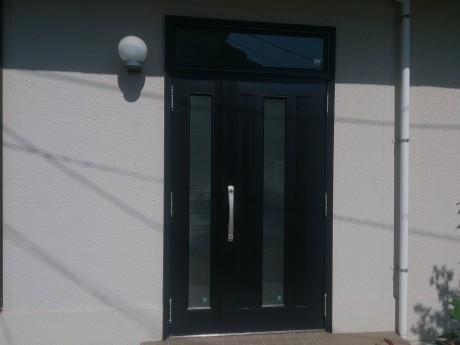 (施工前) アルミサッシの玄関ドアですが、少し古いタイプのデザインです。断熱性能はありません。ガラスも単板ガラスなので割られてしまうと、鍵を開けて侵入されてしまいます。