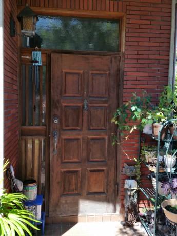 (施工前)木製のドアでしたが、塗装がはがれて、建付けが悪くなっていました。