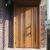 タイル外壁にマッチするシンプルな木目のドア【YKKAPドアリモC11T】さいたま市の工事事例