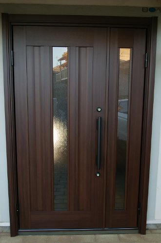 木目調の玄関ドア
