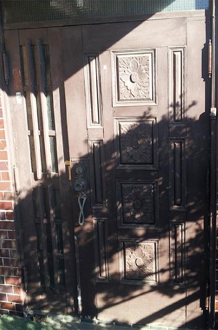 塗装が剥がれた木製玄関ドア